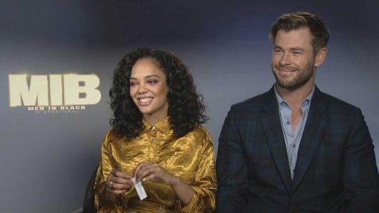 "C'est qui les ""Men In Black"" ? Tessa Thompson et Chris Hemsworth nous présentent la franchise !"