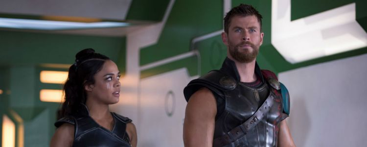 Men in Black:  Chris Hemsworth et Tessa Thompson en costume sur une première photo de tournage