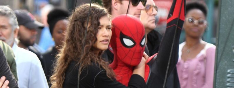 Spider-Man Far From Home:  Peter sauve MJ in extremis sur de nouvelles photos